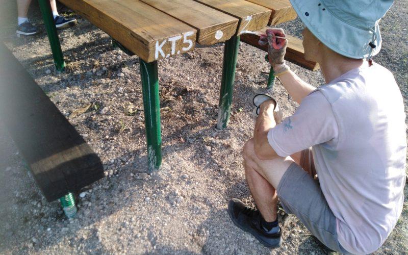 RADNA AKCIJA – ŠUMI, postavljanje drvenih elemenata na klupe i stolove